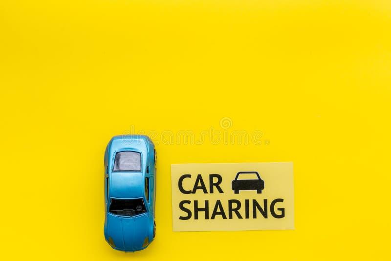 Concept de covoiturage Voiture de jouet près du covoiturage des textes sur l'espace jaune de copie de vue supérieure de fond photos stock