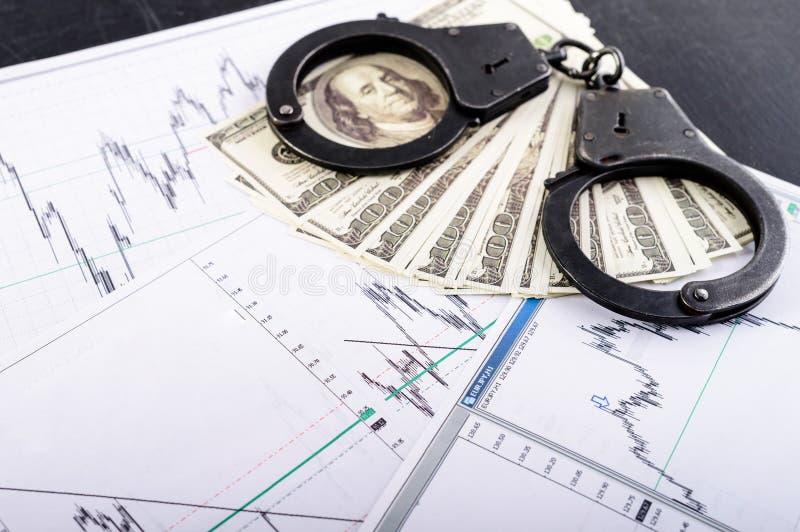 Concept de crime, paiement illicite, détention Menottes, cent dolla photographie stock