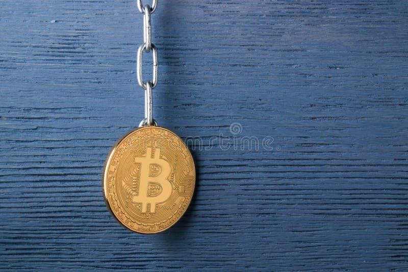 Concept de crypto bitcoin de devise Copiez l'espace sur la droite Pièce de monnaie sur le fond en bois image libre de droits