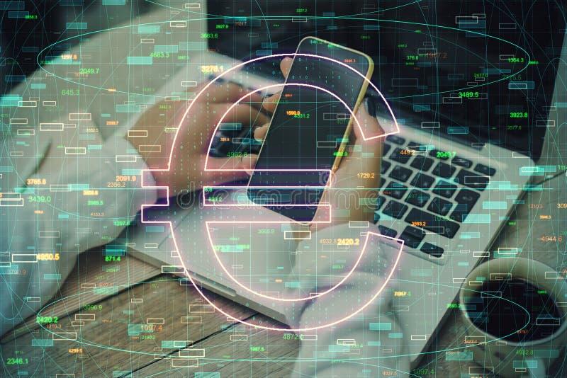 Concept de cryptomonnaie et de commerce avec signe euro et femme utilisant téléphone portable et ordinateur portable photographie stock