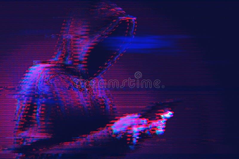 Concept de cybercriminalité avec la tablette hackerusing à capuchon photos stock