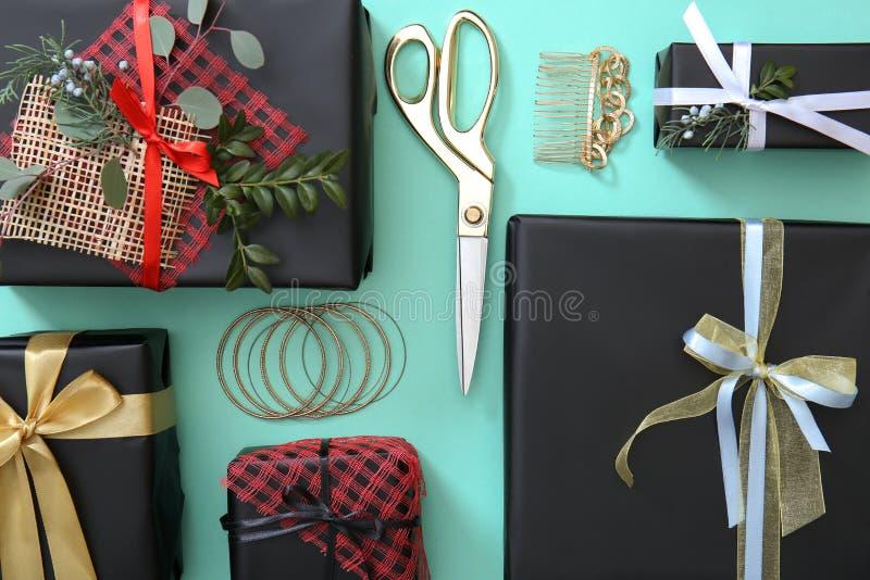 Concept de décor de vacances Boîte-cadeau et accessoires élégants photos stock
