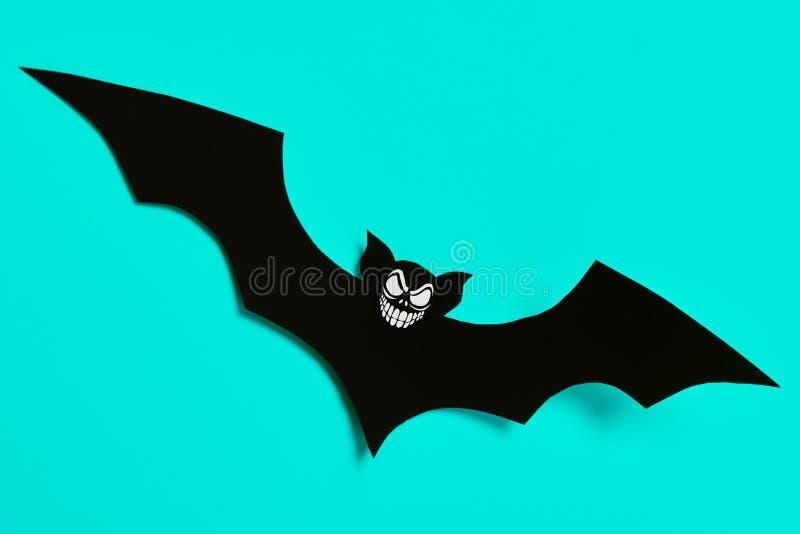 Concept de décoration de Halloween Batte de papier noire effrayante volant au-dessus du fond bleu Veille de la toussaint photo stock