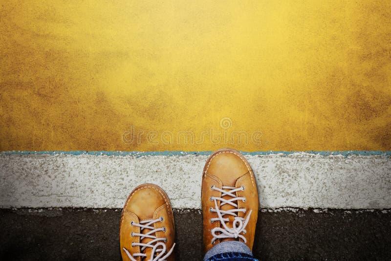 Concept de démarrage et de défi un homme sur des chaussures en cuir occasionnelles marche dans la ligne de départ, se prépare à a photographie stock libre de droits