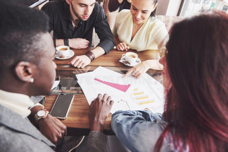 Concept de démarrage de réunion de séance de réflexion de travail d'équipe de diversité Document de rapport de Team Coworkers Sha photo libre de droits