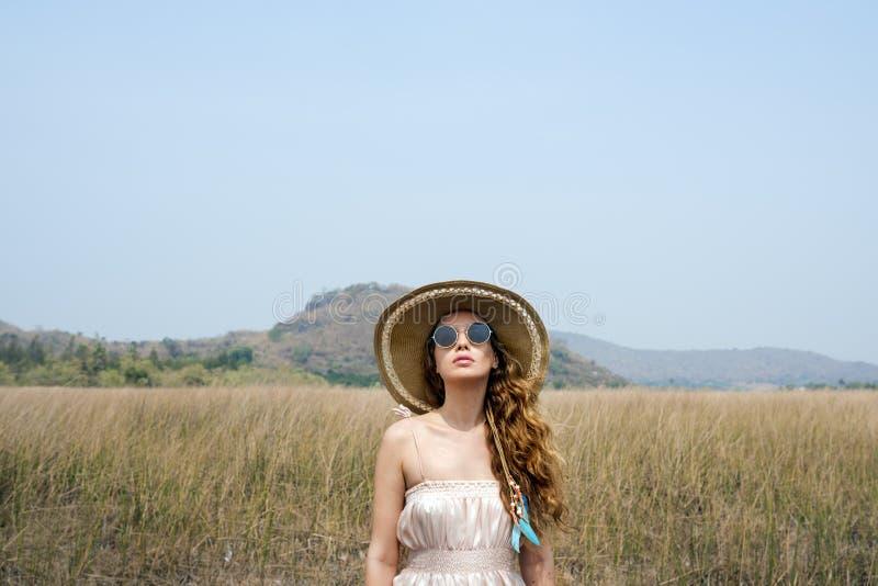 Concept de déplacement de relaxation de prairie de vacances de vacances d'été images libres de droits