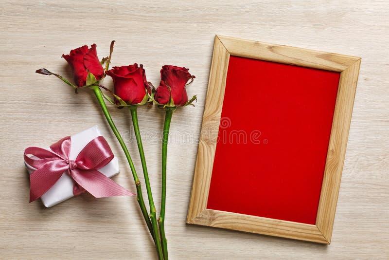 Concept: De Dag van Valentine ` s, Verjaardag, Moeder` s Dag De rode doos van de rozengift met roze knuppel en kader met rode ach stock afbeeldingen