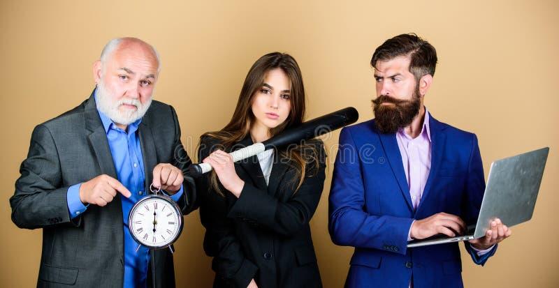 Concept de date-butoir Gestion du temps affaires sales et criminel sport num?rique businesspeople ?quipe r?veuse Homme barbu photos stock