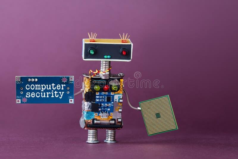 Concept de degré de sécurité d'ordinateur Travailleur robotique abstrait avec le bloc de circuit Fond violet image libre de droits