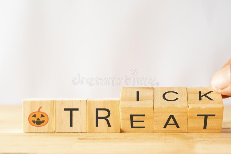 Concept de des bonbons ou un sort de Halloween, essai d'homme de main pour renverser ou tourner les matrices en bois pour changer photographie stock libre de droits