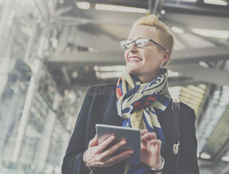 Concept de dispositif de Lifestyle Using Connection de femme d'affaires photo stock