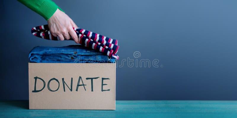Concept de donation La femme la préparant a utilisé de vieux vêtements dans a font images libres de droits