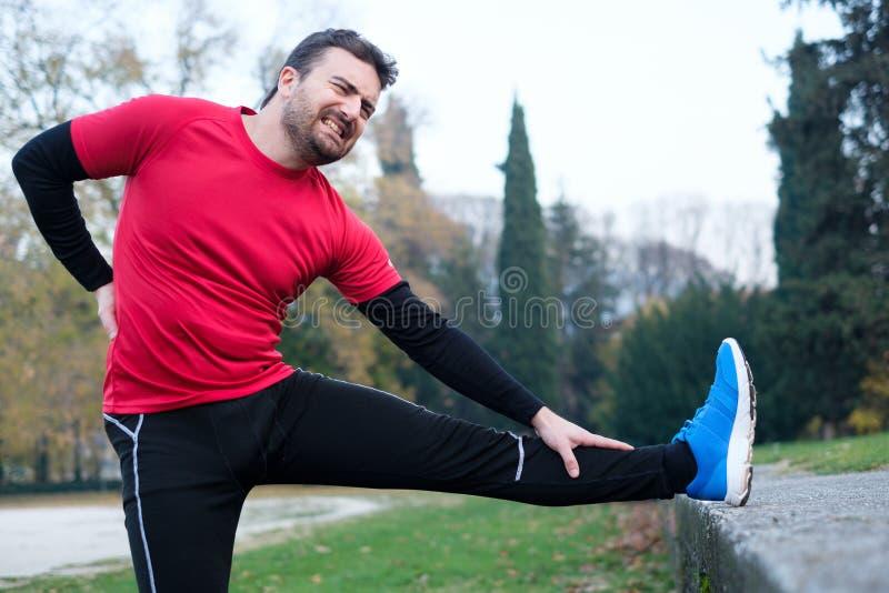 Concept de douleur dorsale Blessure de douleur plus lombo-sacrée de coureur d'homme images stock