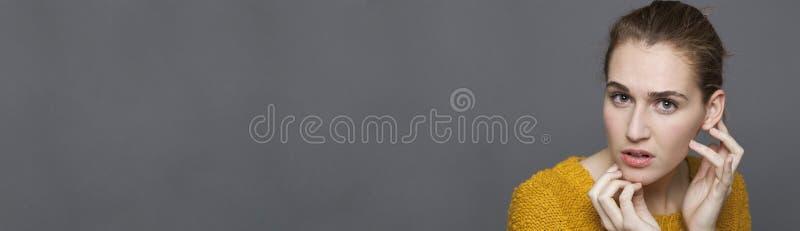 Concept de doute et de confusion avec le portrait de la belle fille, bannière photos stock
