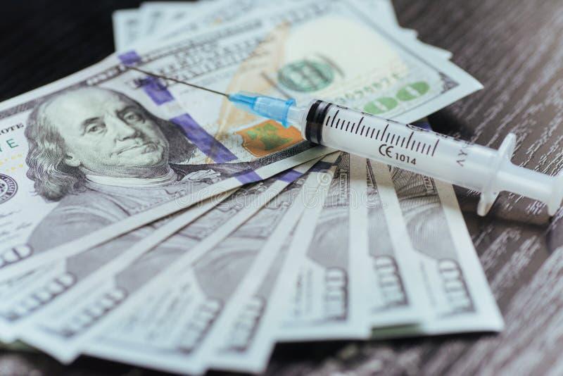 Concept de drogue, de dollar, d'argent, de dépendance et de toxicomanie - clo image libre de droits