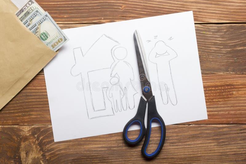 Concept de droit de la famille Section de divorce de la propriété par voies légales Ciseaux coupant le papier photos libres de droits