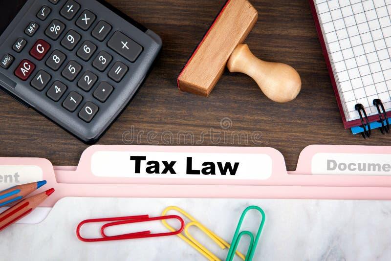 Concept de droit fiscal S'inscrire de dossier sur un bureau en bois foncé image libre de droits