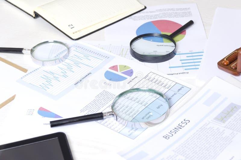 Concept de et analyse et recherche des renseignements commerciaux de faire le dicission droit Processus fonctionnant au bureau de photographie stock libre de droits