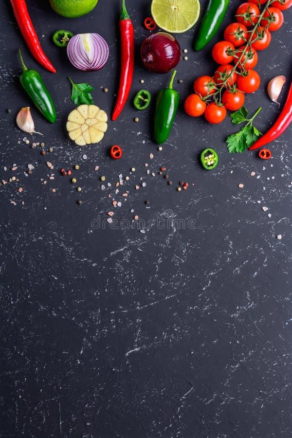 Concept de faire cuire la nourriture saine de vegan L?gumes choisis, fruits, ?pices, herbes pour faire de diverses sauces sur une photos libres de droits