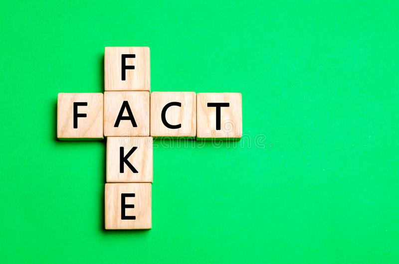 Concept de fait ou de faux, dans la conception des actualités et de l'information images libres de droits