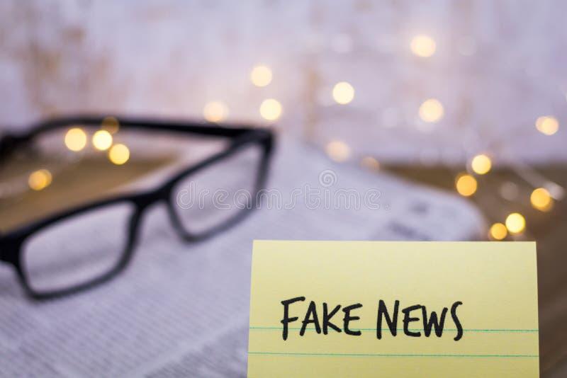 Concept de Fake News avec des mots sur du papier à main image libre de droits