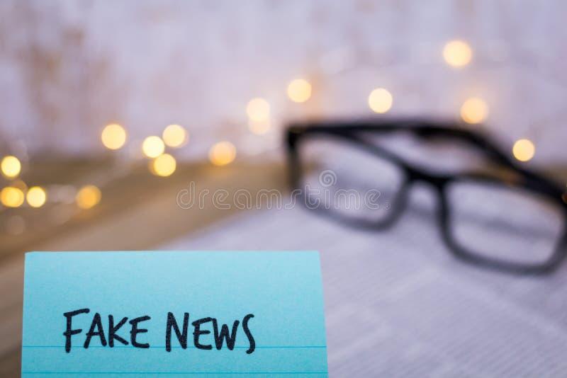Concept de Fake News avec des mots sur du papier à main photos libres de droits