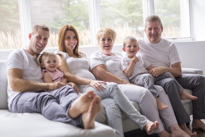 Concept de famille, de bonheur, de génération et de personnes sur le sofa image libre de droits