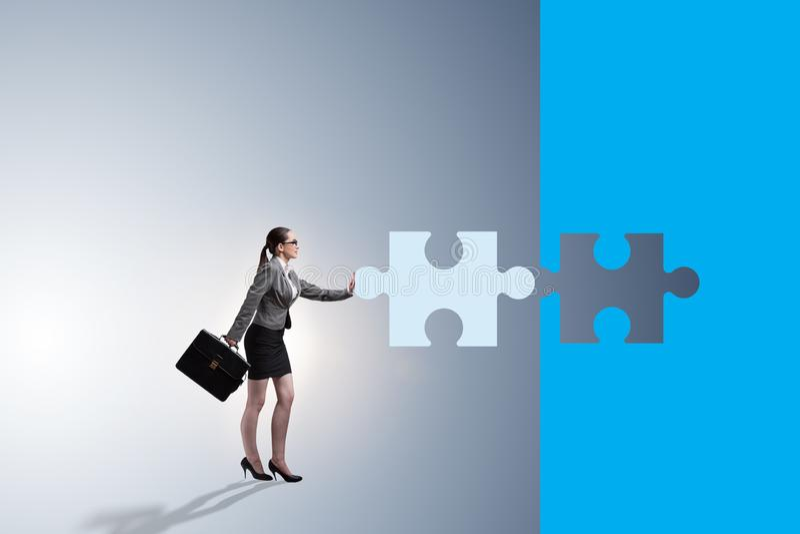 Concept de femme d'affaires avec manquer le morceau de puzzle denteux illustration libre de droits