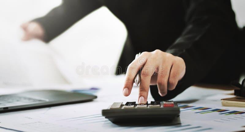 concept de finances de comptabilité d'entreprise le comptable à l'aide de la calculatrice pour calculent avec le fonctionnement d photo libre de droits