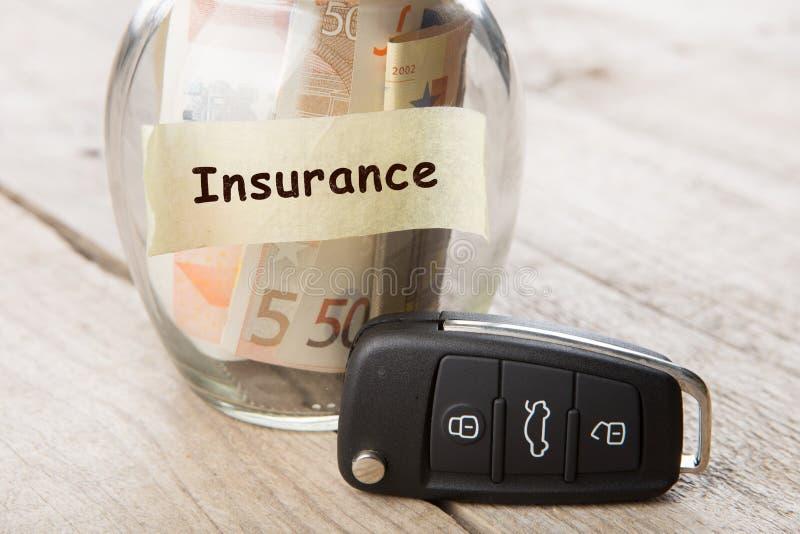 Concept de finances de voiture - verre d'argent avec l'assurance de mot, cl? de voiture photo libre de droits