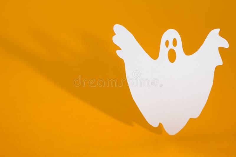 Concept de fond de Halloween Faire dr?le de fant?me huent le geste et l'ombre de graphique derri?re sur la table orange photographie stock