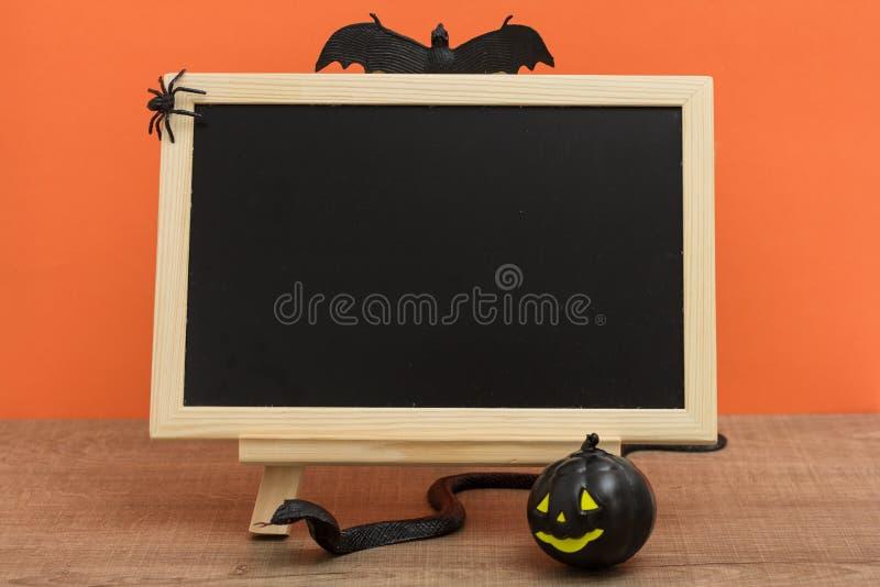 Concept de fond de Halloween Vue de face de tableau noir avec le deco image stock