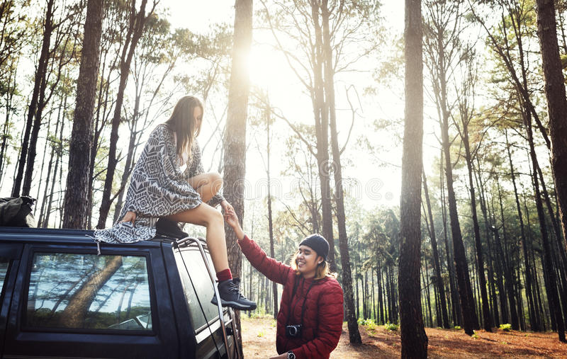 Concept de Forest Car Boyfriend Girlfriend Helping photographie stock libre de droits