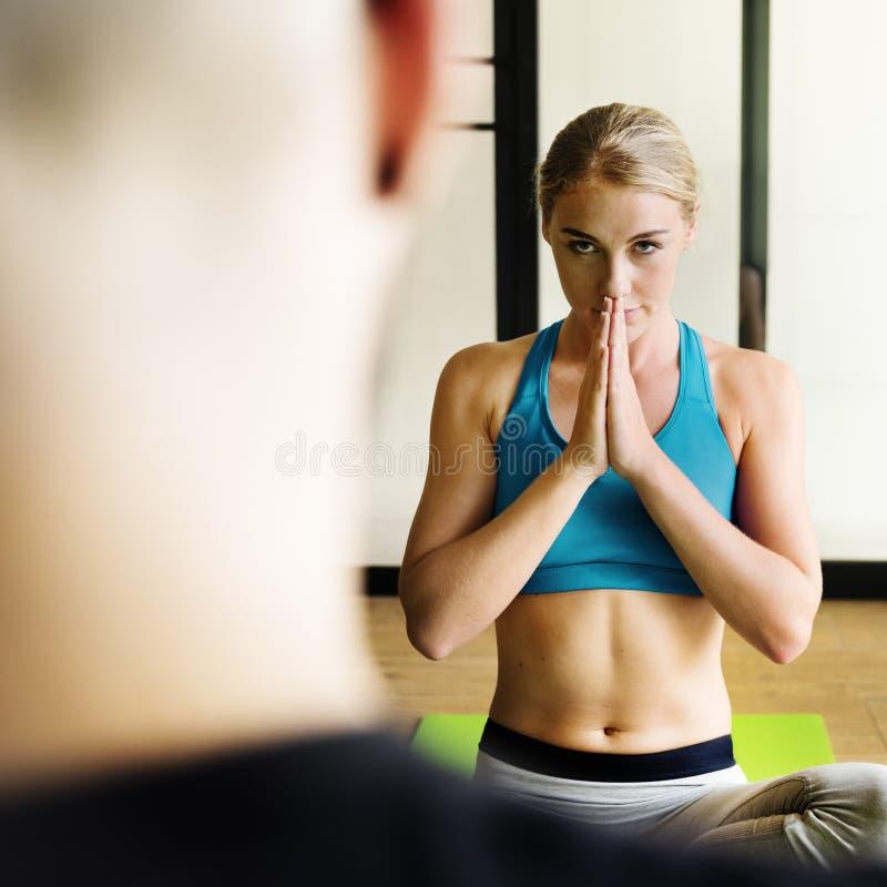 Concept de formation de pose de pratique en matière de yoga d'homme de femme image libre de droits