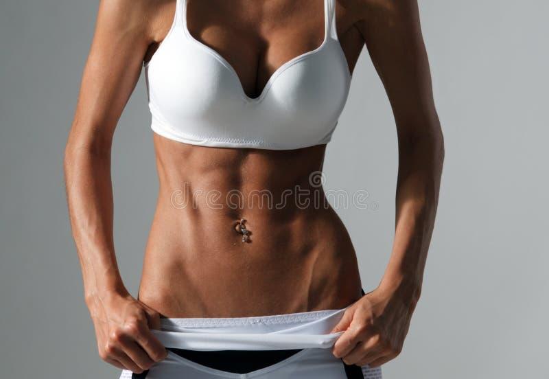 Concept de forme physique et de régime - fermez-vous du bel ABS femelle sportif image libre de droits