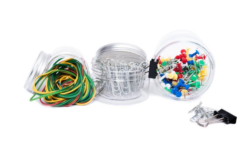 Concept de fournitures de bureau dans des pots en plastique d'isolement sur le blanc images libres de droits