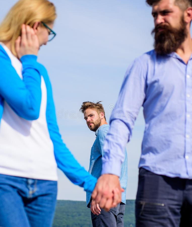 Concept de fraude L'homme a trouvé ou a détecté l'amie le tricher marchant avec un autre homme Attaque allante agressive d'homme image stock