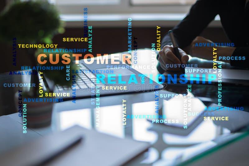 Concept de gestion de relations de client sur l'écran virtuel Nuage de mots photographie stock libre de droits