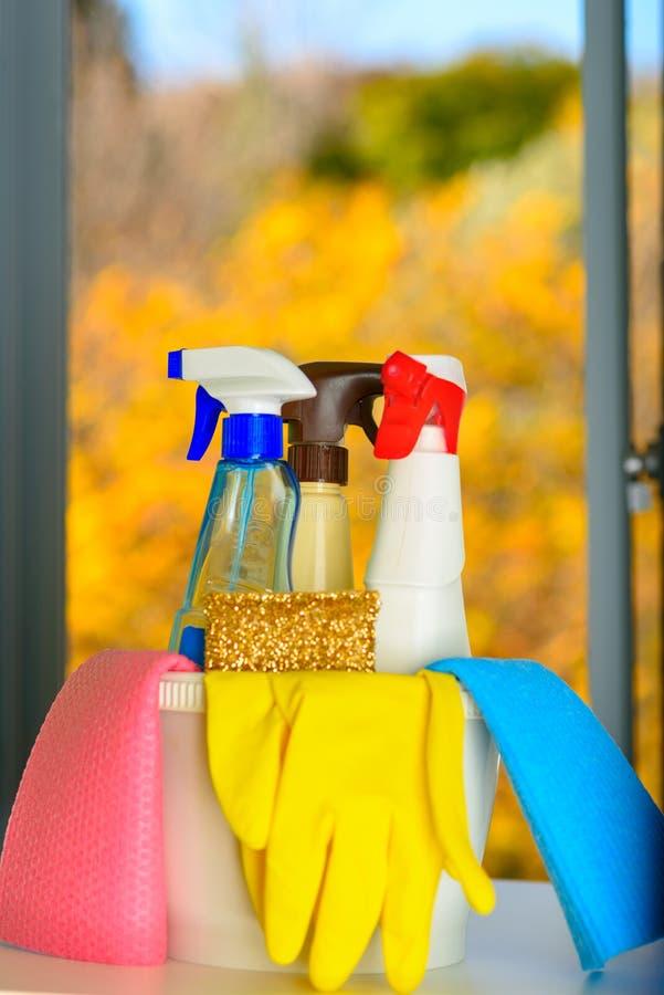 Concept de grand nettoyage avec des approvisionnements au-dessus de fond floral images stock