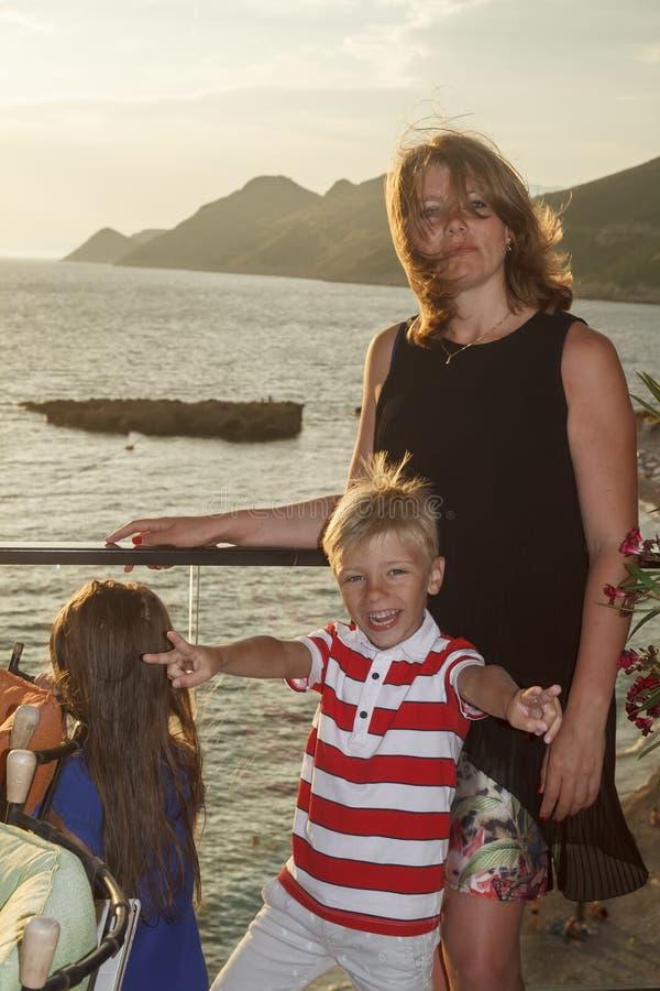 concept de grandes vacances avec des enfants en mer Femme mignonne avec photographie stock