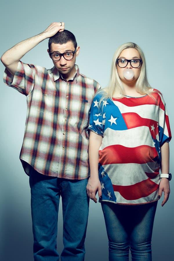 Concept de grossesse : portrait de deux hippies photos stock
