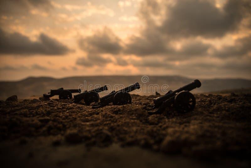 Concept de guerre Le vieux canon d'artillerie lance sur le fond de ciel de brouillard de guerre image stock