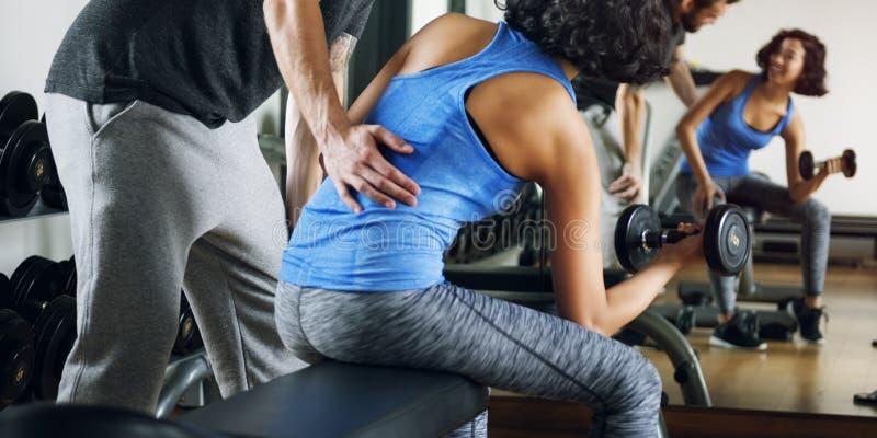 Concept de gymnase de sport de forme physique d'exercice de couples de séance d'entraînement photo stock