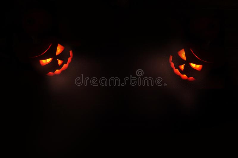 Concept de Halloween, contour deux rouge rougeoyant du ` s de Jack photo libre de droits