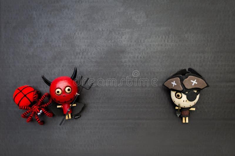 Concept de Halloween, diable rouge heureux avec l'araignée rouge de laine et poupée en bois de fantôme de pirate image libre de droits