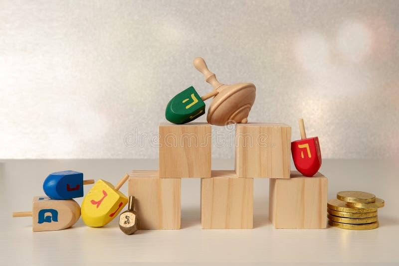 concept de hanukkah de fête religieuse juive avec des jouets en bois à rotation et x28;dreidel & x29; cuillères en bois vierges s images libres de droits