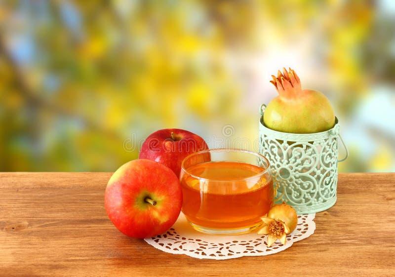 Concept de hashanah de Rosh - miel et grenade de pomme au-dessus de table en bois photo stock