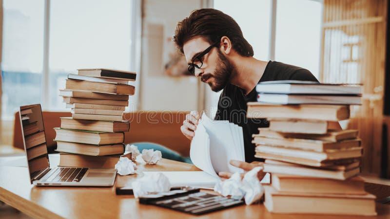 Concept de jeune auteur Working Indoors des textes photographie stock