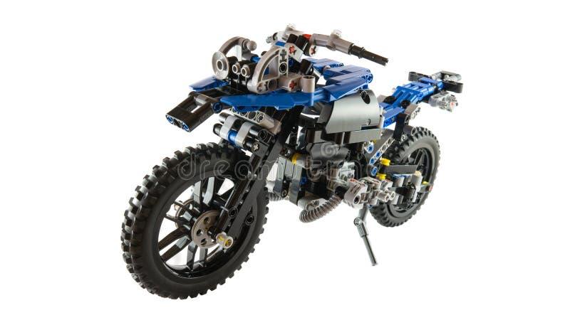 Concept de jouet de moto assemblé utilisant des blocs de lego images stock