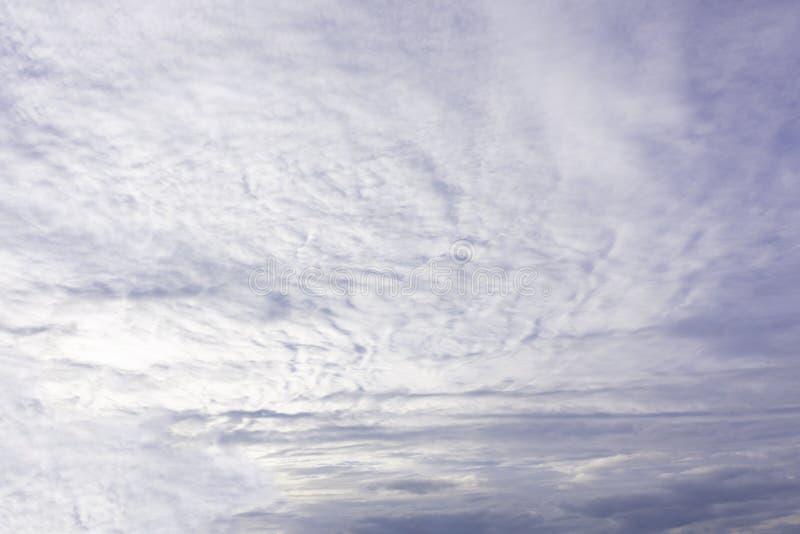 Concept de jour d'environnement du monde : Fond blanc de ciel nuageux et bleu images libres de droits